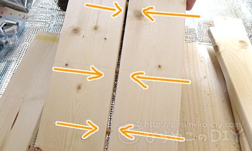 木ダボを使ってワンバイ材を貼り合わせ