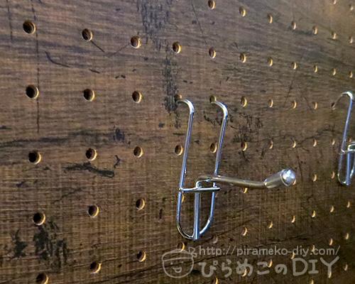 ダイソーのワイヤフックを有孔ボードで引っ掛けているところ